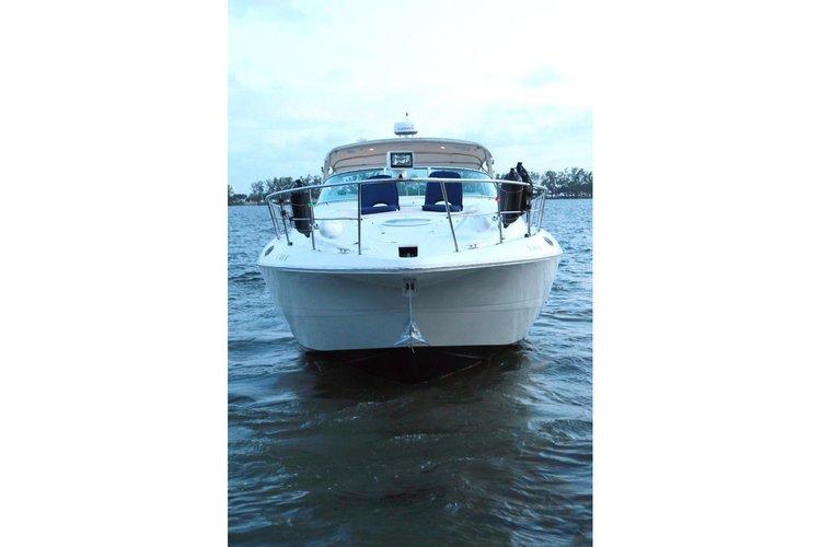 Discover Miami Beach surroundings on this SEA RAY 44sundancer boat