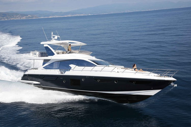 Discover Miami Beach surroundings on this FLY AZIMUT boat