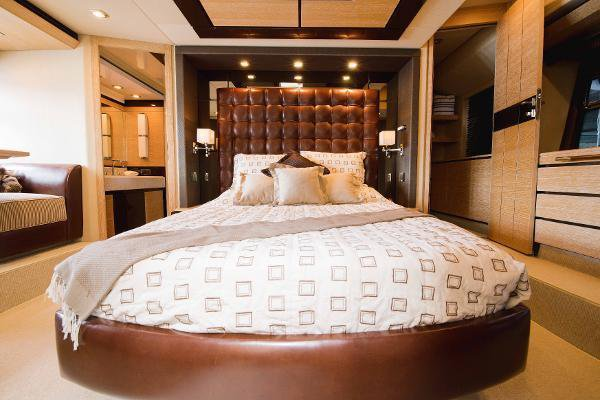 Discover North Miami Beach surroundings on this Flybridge Azimut boat