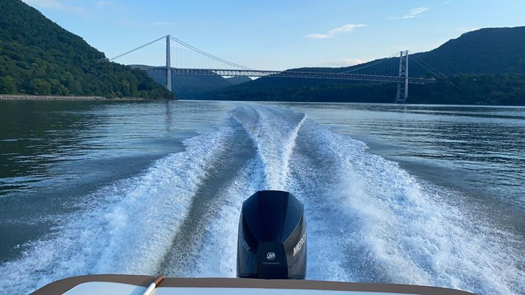 This 23.0' Bayliner cand take up to 10 passengers around Englewood Cliffs
