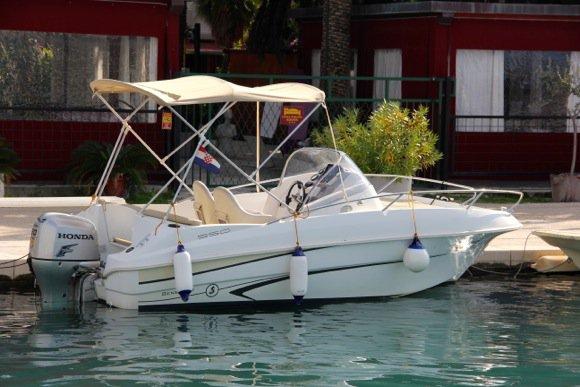 Discover Split region surroundings on this Beneteau 550 Flyer Bénéteau boat
