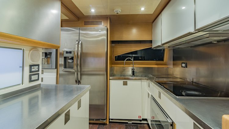 Discover Miami surroundings on this Fly Ferretti boat