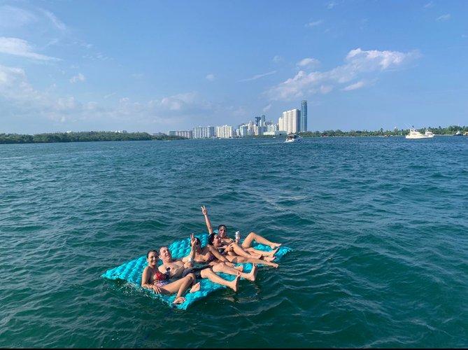 This 48.0' Formula cand take up to 12 passengers around Miami Beach