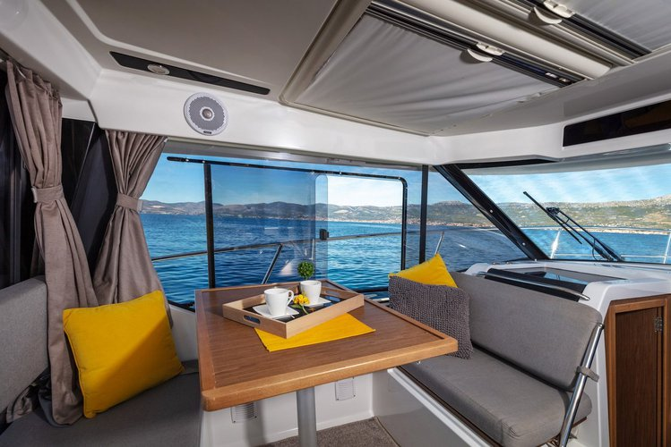 This 29.0' Jeanneau cand take up to 5 passengers around Split region