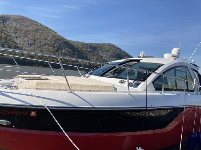 Discover New York surroundings on this 360 SC Monterey boat