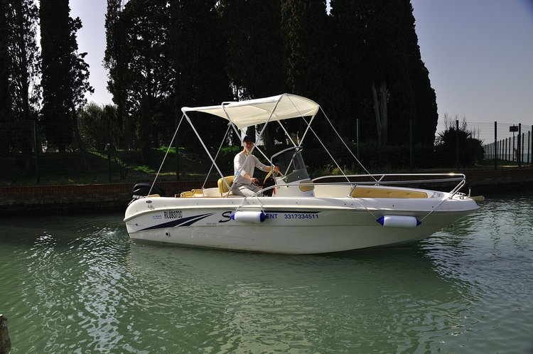 Discover Jesolo surroundings on this OPEN 550 SAVER boat