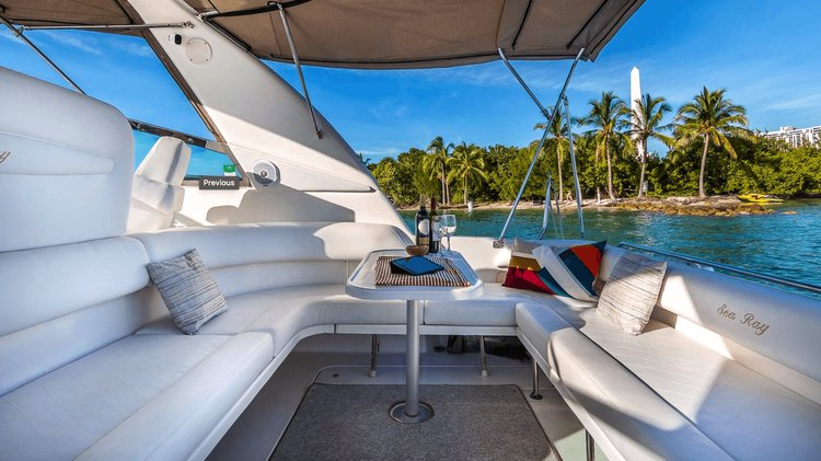 This 44.0' Searay cand take up to 12 passengers around Fort Lauderdale