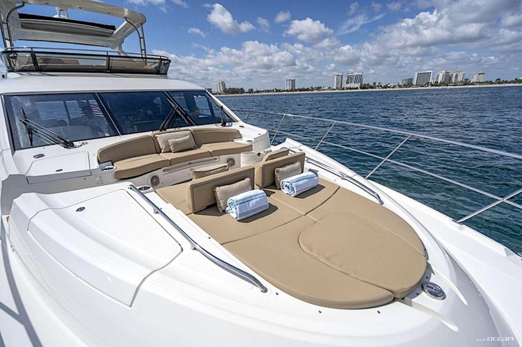 Boating is fun with a Motor yacht in Paradise Island