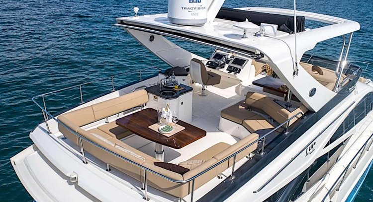 This 65.0' Searay cand take up to 13 passengers around Paradise Island