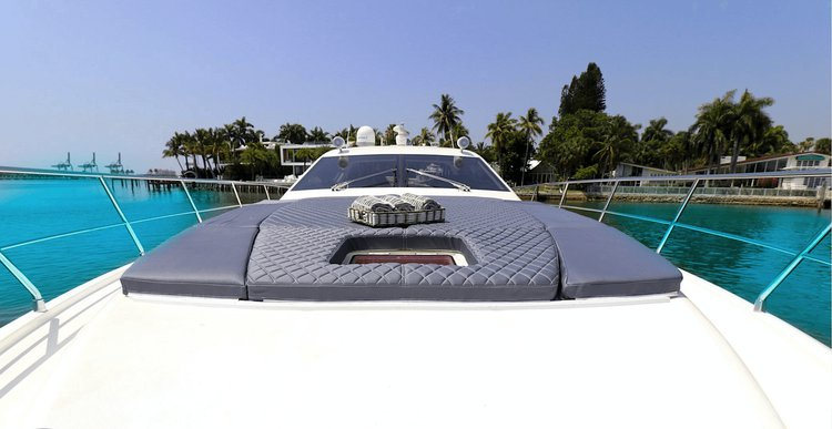 Discover Miami Beach surroundings on this Sport Uniesse boat