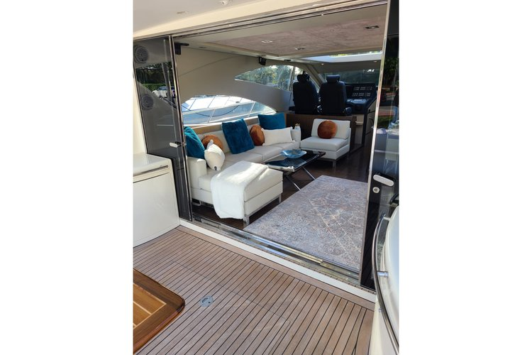 """Discover Newport surroundings on this Express 71"""" Uniesse boat"""
