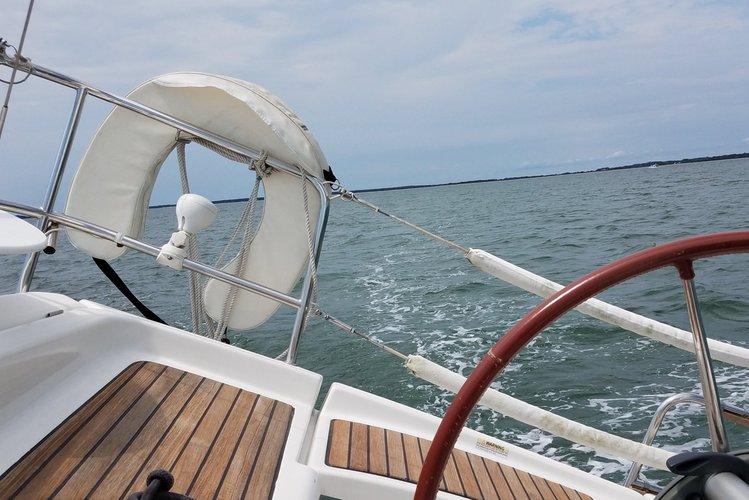 Discover Port Washington surroundings on this Oceanis 343 Beneteau boat