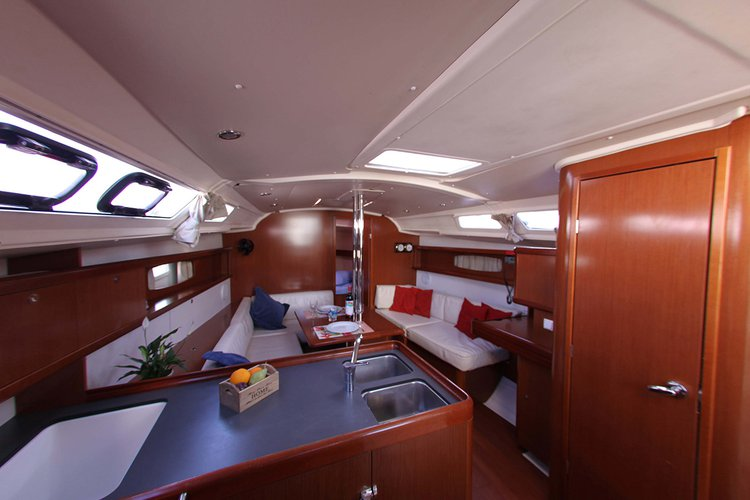 Discover Saronic Gulf surroundings on this Oceanis 37 Bénéteau boat