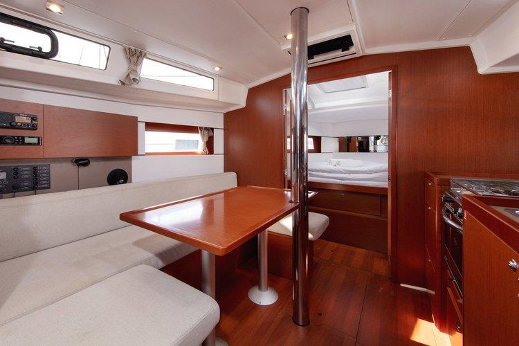 This 37.0' Bénéteau cand take up to 8 passengers around Split region