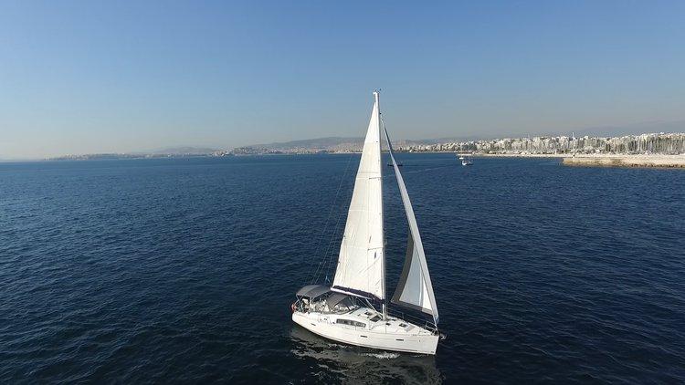 Jump aboard this beautiful Bénéteau Oceanis 40