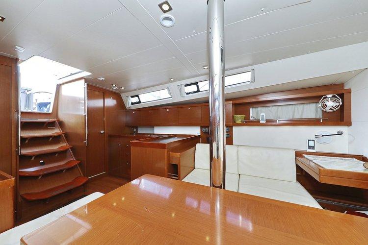 This 40.0' Bénéteau cand take up to 8 passengers around Zadar region