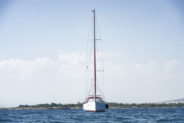 This 46.0' Bénéteau cand take up to 9 passengers around Saronic Gulf