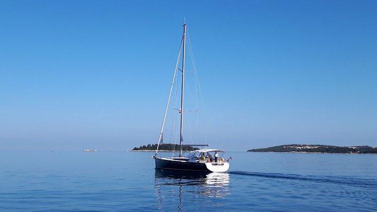 This 47.0' Bénéteau cand take up to 10 passengers around Split region