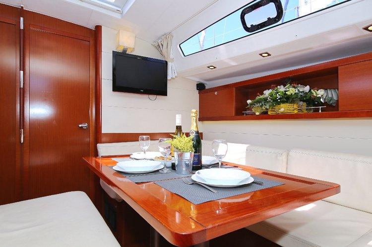 This 50.0' Bénéteau cand take up to 11 passengers around Split region