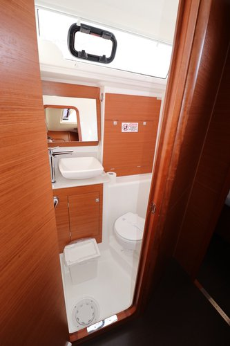 Up to 10 persons can enjoy a ride on this Dufour Yachts boat