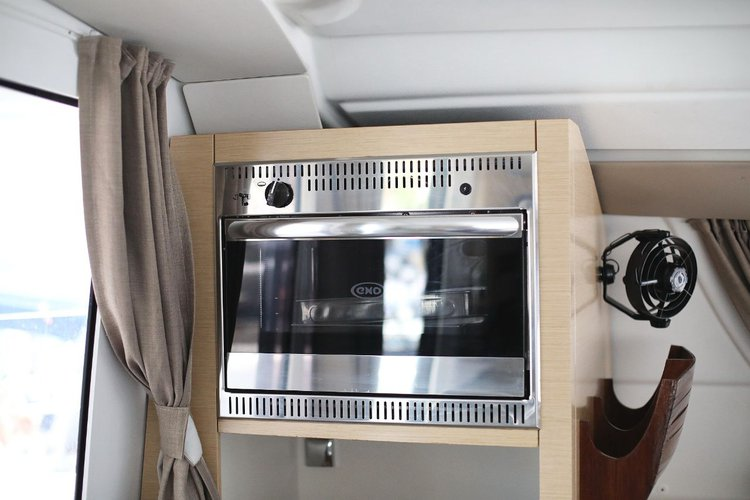 This 39.0' Fountaine Pajot cand take up to 8 passengers around Zadar region