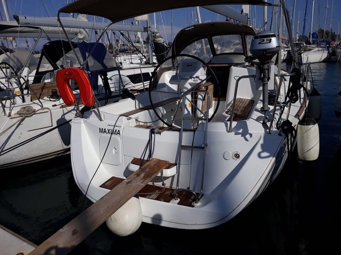 Take this Jeanneau Sun Odyssey 33i for a spin!