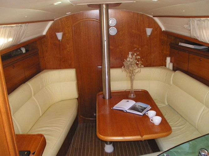 This 35.0' Jeanneau cand take up to 6 passengers around Ionian Islands