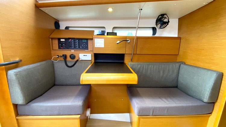 This 40.0' Jeanneau cand take up to 8 passengers around Balearic Islands