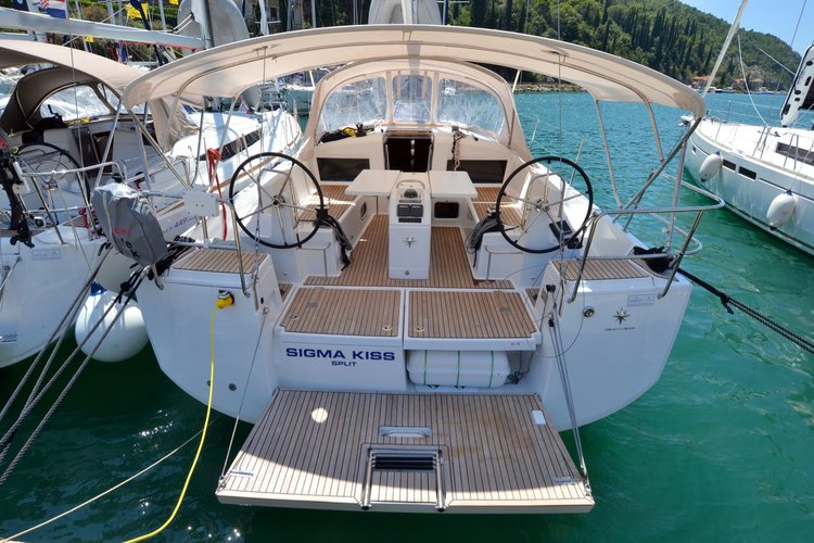 This 42.0' Jeanneau cand take up to 10 passengers around Dubrovnik region