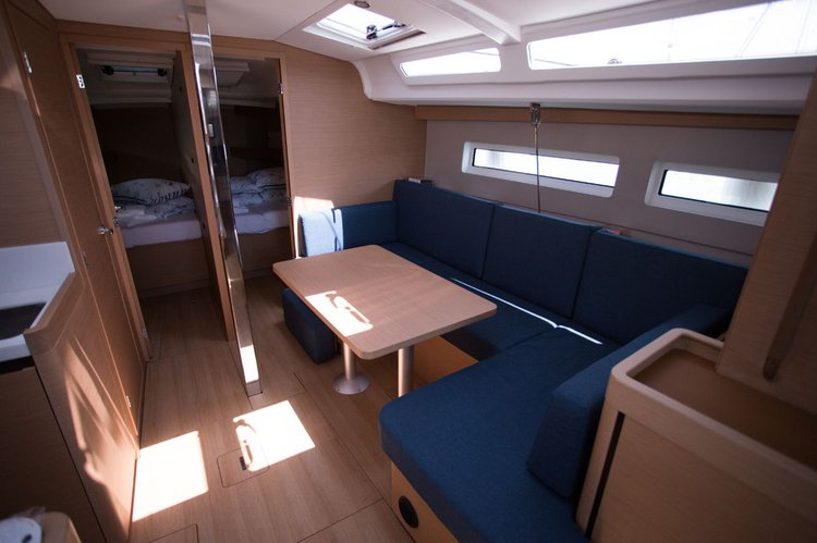 This 42.0' Jeanneau cand take up to 10 passengers around Split region