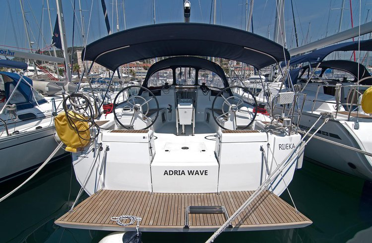 This 43.0' Jeanneau cand take up to 10 passengers around Split region