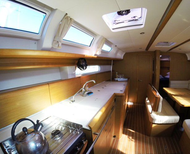 This 45.0' Jeanneau cand take up to 10 passengers around