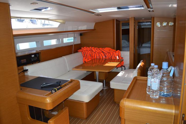 This 50.0' Jeanneau cand take up to 12 passengers around Zadar region