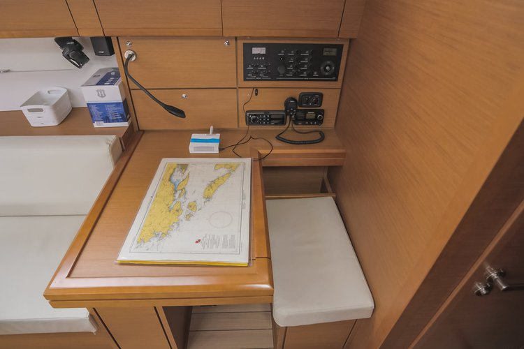 This 53.0' Jeanneau cand take up to 11 passengers around Split region