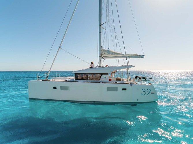 This 38.0' Lagoon-Bénéteau cand take up to 8 passengers around Saronic Gulf