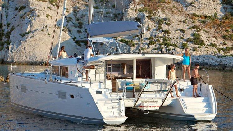 Climb aboard this Lagoon-Bénéteau Lagoon 400 S2 for an unforgettable experience