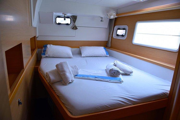 Discover Saronic Gulf surroundings on this Lagoon 400 S2 Lagoon-Bénéteau boat