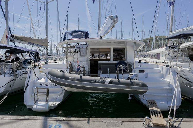 This 39.0' Lagoon-Bénéteau cand take up to 8 passengers around Split region