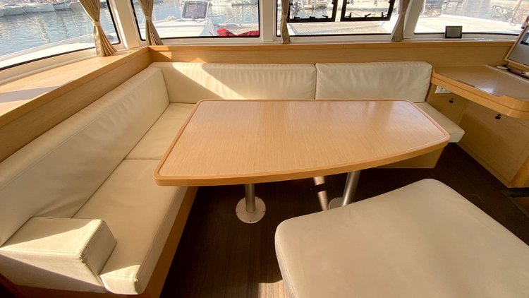 This 41.0' Lagoon-Bénéteau cand take up to 10 passengers around Balearic Islands