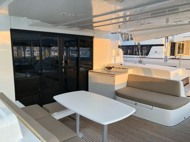 This 48.0' Lagoon-Bénéteau cand take up to 12 passengers around Split region