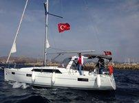 Climb aboard this Bénéteau Oceanis 41.1 for an unforgettable experience