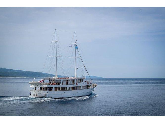 Charter this amazing motor boat in Split