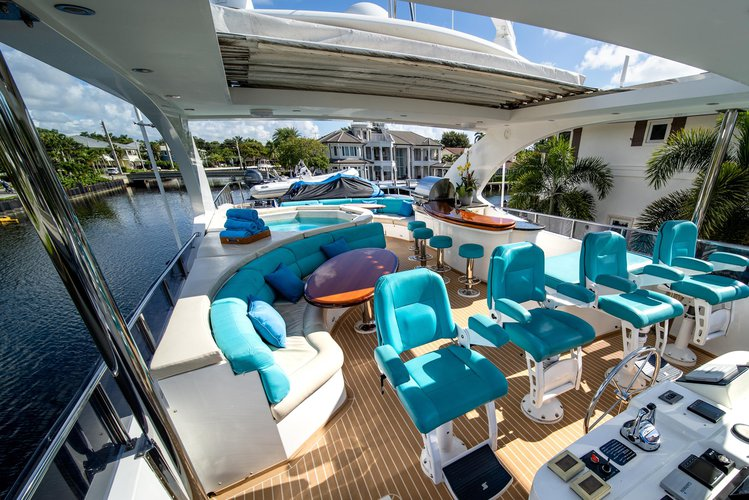 Discover Fort Lauderdale surroundings on this R2016 Hargrave boat
