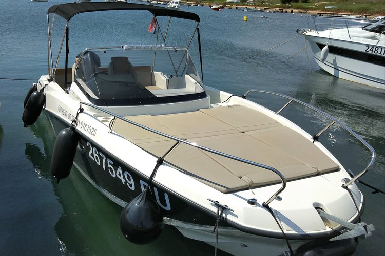 This 23.0' Quicksilver cand take up to 8 passengers around Pula