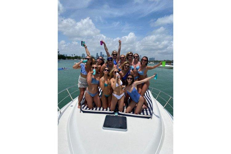This 45.0' Uniesse cand take up to 10 passengers around Miami