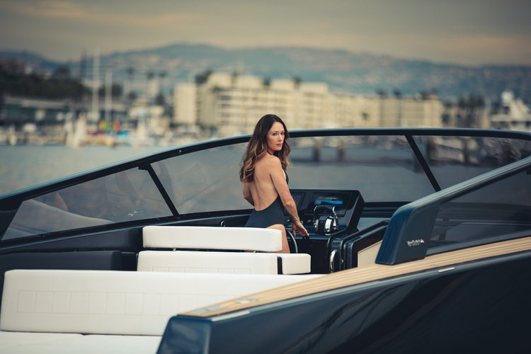 Up to 10 persons can enjoy a ride on this Cruiser boat