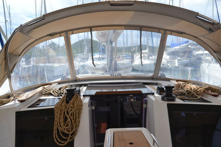Discover Charlotte Amalie surroundings on this 412 GL Liberty Dufour boat