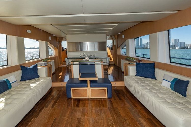 Discover North Bay Village surroundings on this Fly Aicon boat