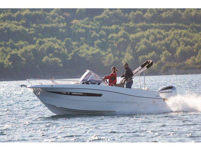 This motor boat charter is perfect to enjoy Pula