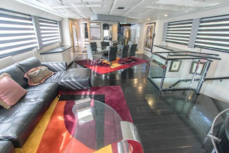 Discover North Bay Village surroundings on this Cockpit Broward boat